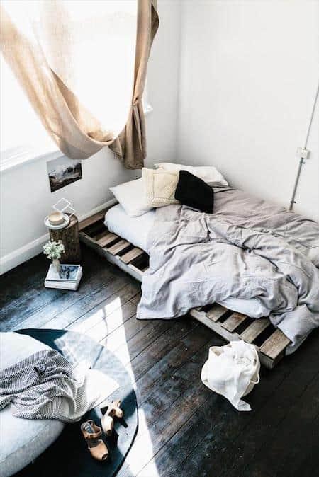 Palettes en bois transformées en lit rustique