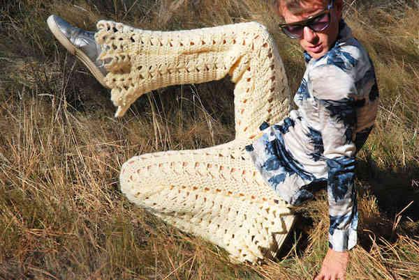 Homme dans l'herbe avec un pantalon en crochets afghan