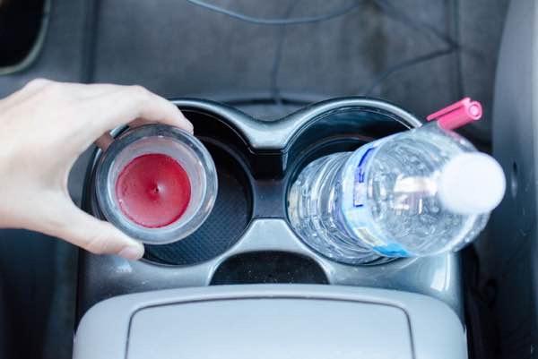 Mettez les restes d'une bougie dans la voiture