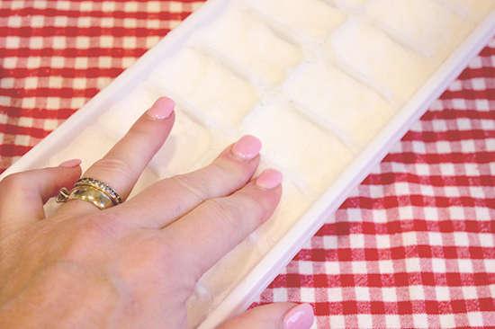 Pourquoi est-ce important de bien tasser le mélange de vos pastilles lave-vaisselle dans le bac à glaçons ?