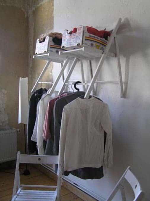 penderie étagère avec chaise pliante en bois