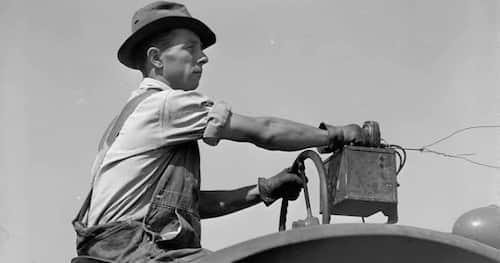 Votre grand-père écoute de la musique sur son tracteur