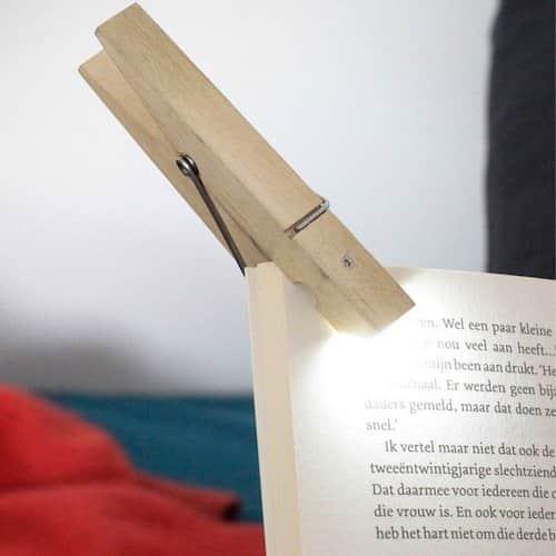 Une pince à linge pour tenir les pages livre