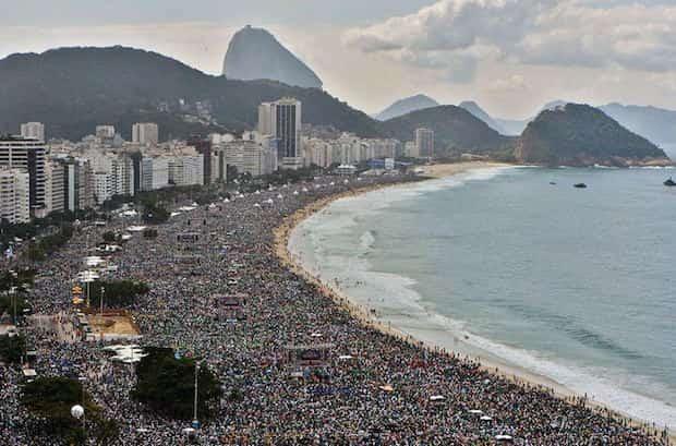 Plage de Rio complètement bondée de monde