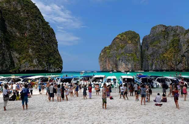 Plage de thailande pleine de monde