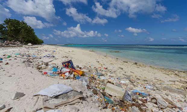 Plage des maldives avec plein de poubelles