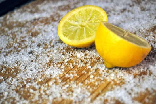 mettre citron et sel lavage planche découper bois