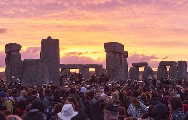 Plein de monde qui prend des photos de stonehenge