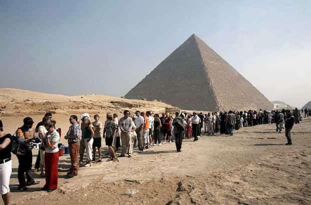 Pyramides d'Égypte pleine de monde