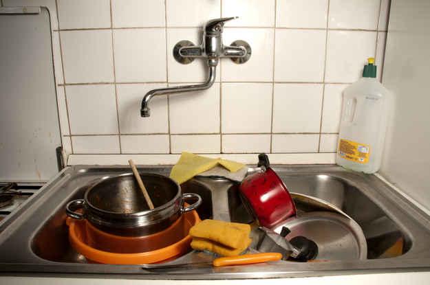 29 astuces pour rendre la vaisselle plus facile for Consommation d eau vaisselle a la main
