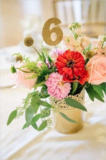 pot doré et fleurs pour centre de table fete
