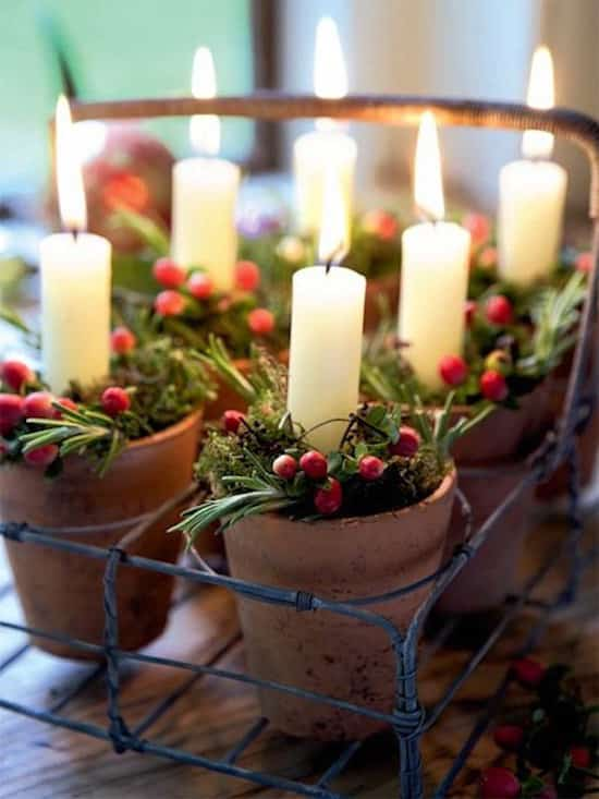 des pots de fleur en terre avec des bougies