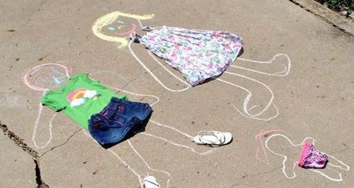 Dessinez des poupées génates en craie à habiller