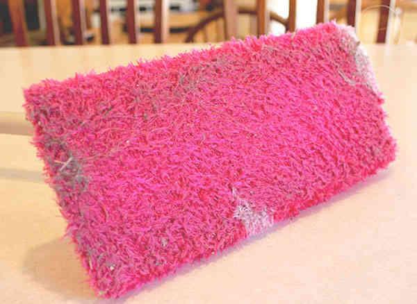 Ramassez la poussière avec une chaussette sur le balai swiffer