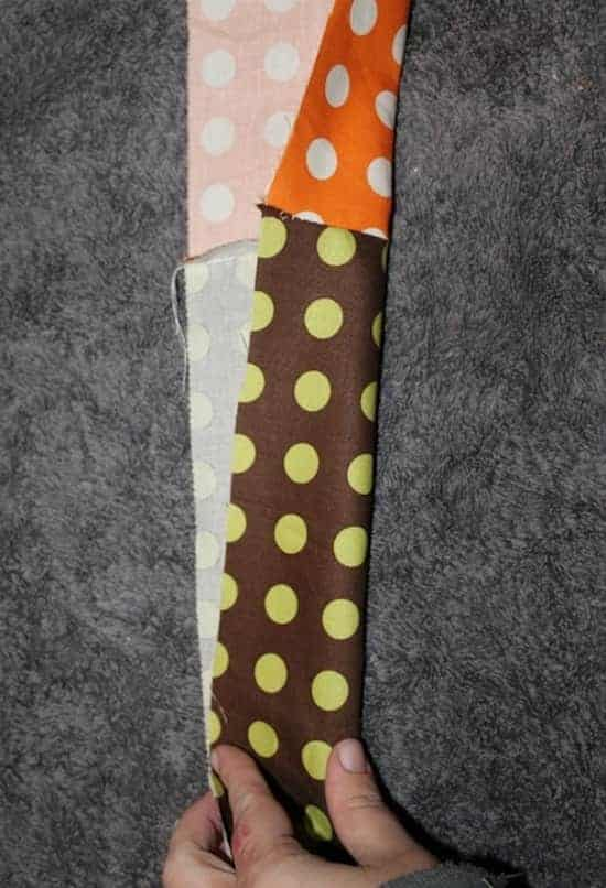 Coupez la bande du tissu à motif en 2 pour faire un liseré.
