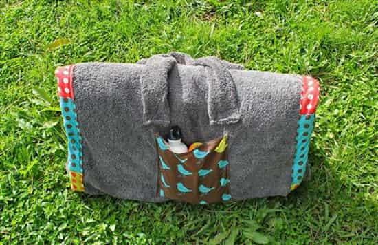 Avec le sac de plage, vous pouvez transportez votre crème solaire et votre livre préféré.
