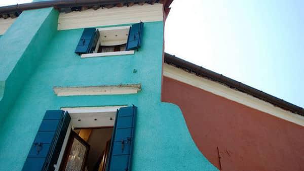 une façade bleur avec des fenêtres ouvertes