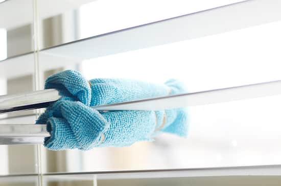 Faites glisser une pince de cuisine le long des lamelles pour nettoyer plus rapidement vos stores.
