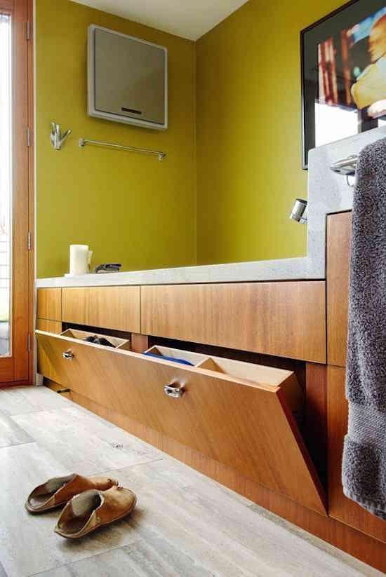 Comment faire pour optimiser l'espace autour de la baignoire ?