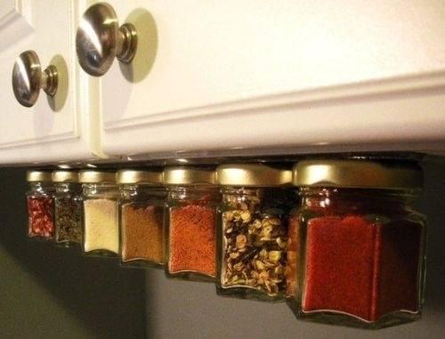 Fixez une barre magnétique sous les meubles hauts de votre cuisine pour accrocher les épices.