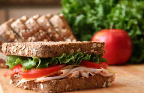 Le sandwich à la dinde est non seulement bon mais il contient aussi des protéines.