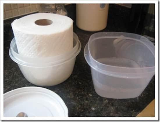 Pour faire des lingettes nettoyantes pour bébés faites-maison, trmpez les Sopalins dans une solution nettoyante.