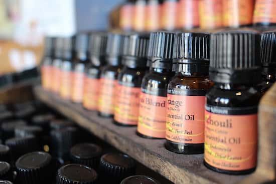 Grâce aux huiles essentielles, le gel douche hydratant fait maison possède des propriétés hydratantes.