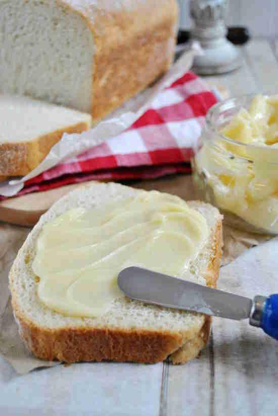 Le pain maison et le beurre maison sont tellement FACILES à préparer !