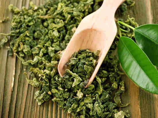 Le thé vert peut vous aider à faire pousser vos cheveux plus rapidement.