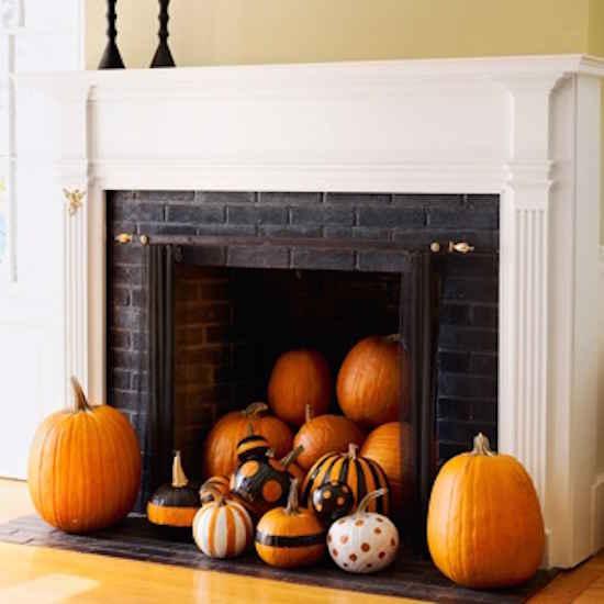 Remplissez une cheminée avec des citrouille pour Halloween