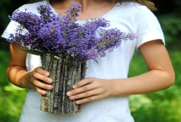 un vase fait avec des branches et un bocal
