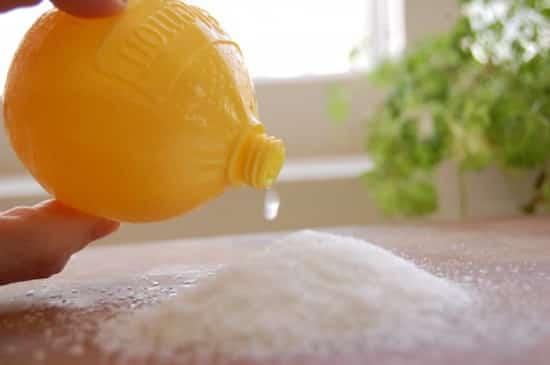 Frota la tabla de madera con sal y limón