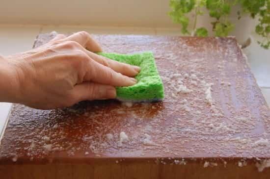 sal y limón para raspar una tabla de madera