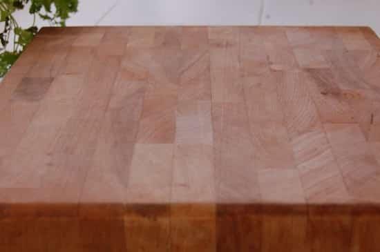 Tabla de cortar de madera limpia