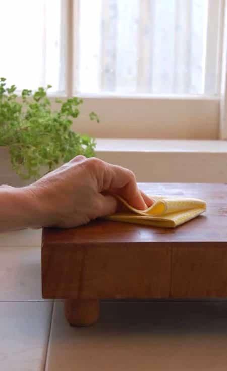 Pon aceite en la tabla de cortar de madera'huile sur la planche à découper en bois