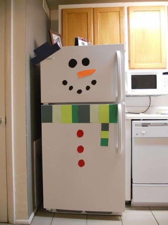un frigo décoré en bonhomme de neige