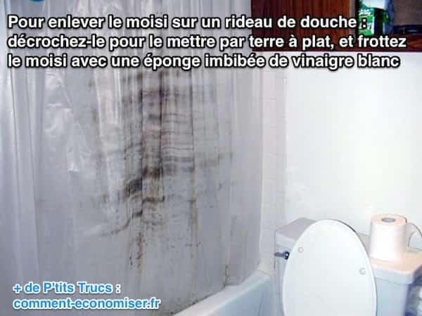 Utilisez du vinaigre blanc pour enlever les moisissures sur un rideau de douche en plastique