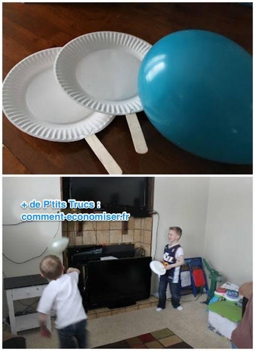 Ping-pong avec des ballons gonflables et des raquettes en assiette en carton