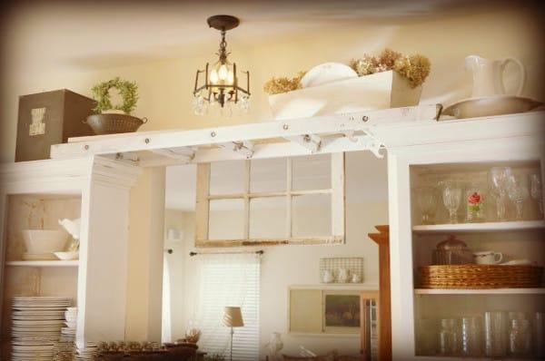 avec une échelle créez un nouvel espace de rangement au dessus des portes
