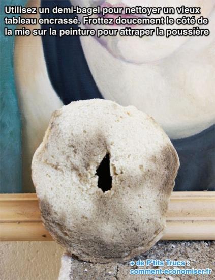 Utilisez un demi-bagel pour nettoyer un vieux tableau encrassé. Frottez doucement le côté de la mie sur la peinture pour attraper la poussière