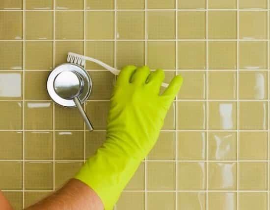 nettoyer les robinets et robinetterie avec une brosse à dents