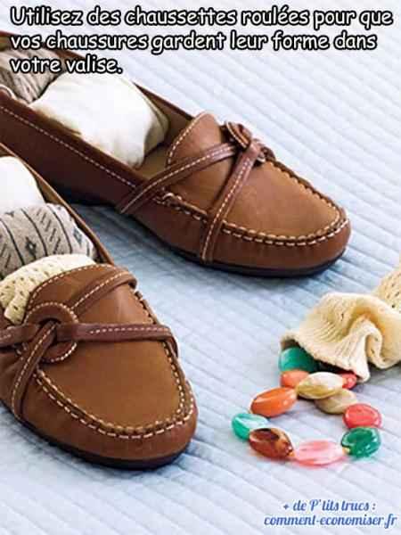utiliser des chaussettes roulées pour garder la forme des chaussures