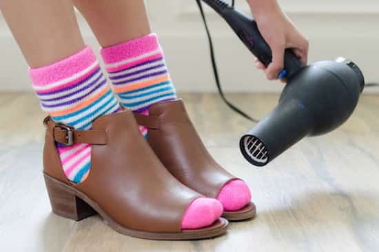 chauffer ses chaussures avec un sèche-cheveux pour les agrandir
