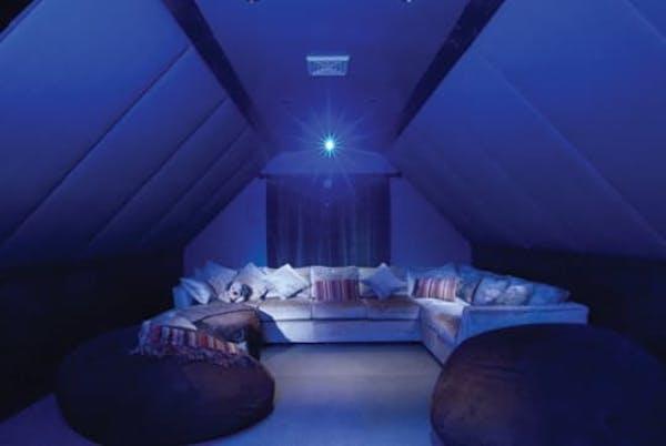 Comment Faire Une Salle De Cinema comment transformer son grenier en home-cinéma.
