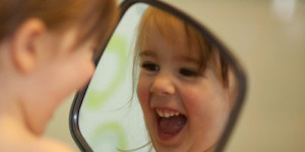 Se sourire dans le miroir pour bien commencer sa journée.