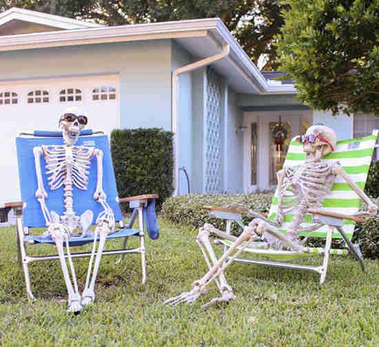 des squelettes assis dans le jardin pour halloween