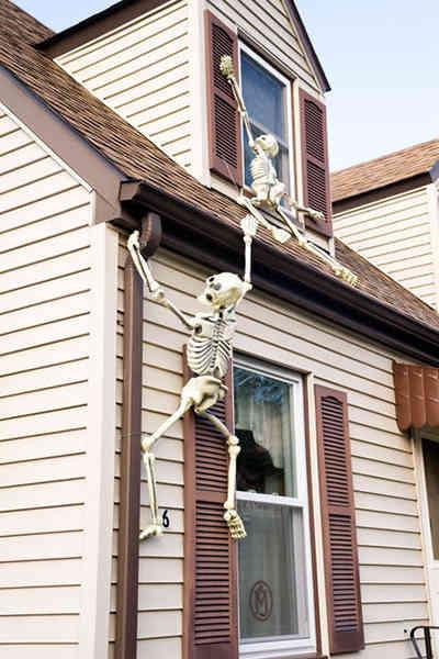 des squelettes accrochés à la façade
