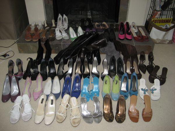 Des dizaines de paires de chaussures qui ne servent à rien