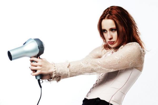 utiliser un sèche cheveux pour éliminer la poussière sur des stores