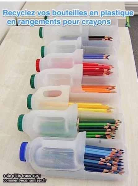 des bouteilles en plastique pour ranger les crayons
